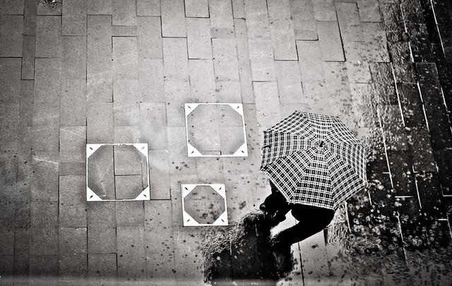 Guarda-chuva preto e branco