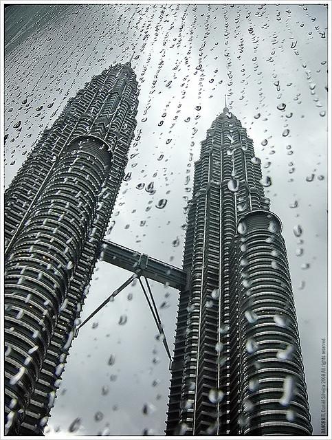 torres gotas de água janelas preto e branco