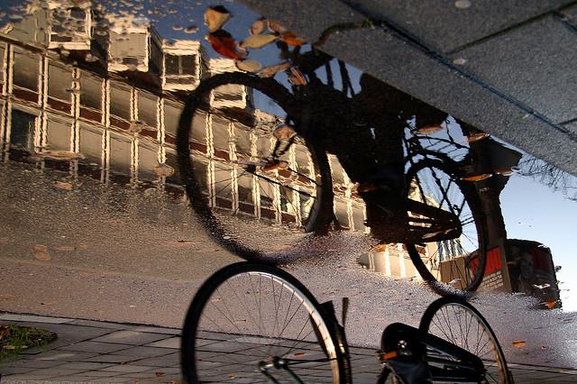 bicicleta poça de reflexão