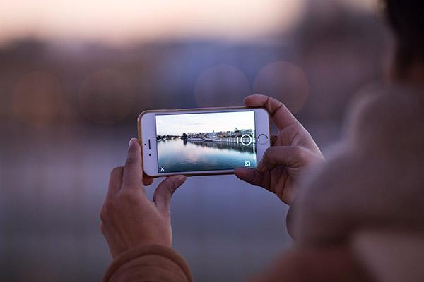 Image result for Le nouveau gadget d'accueil de Facebook pourrait avoir un appareil photo effrayant comme caractéristique principale.